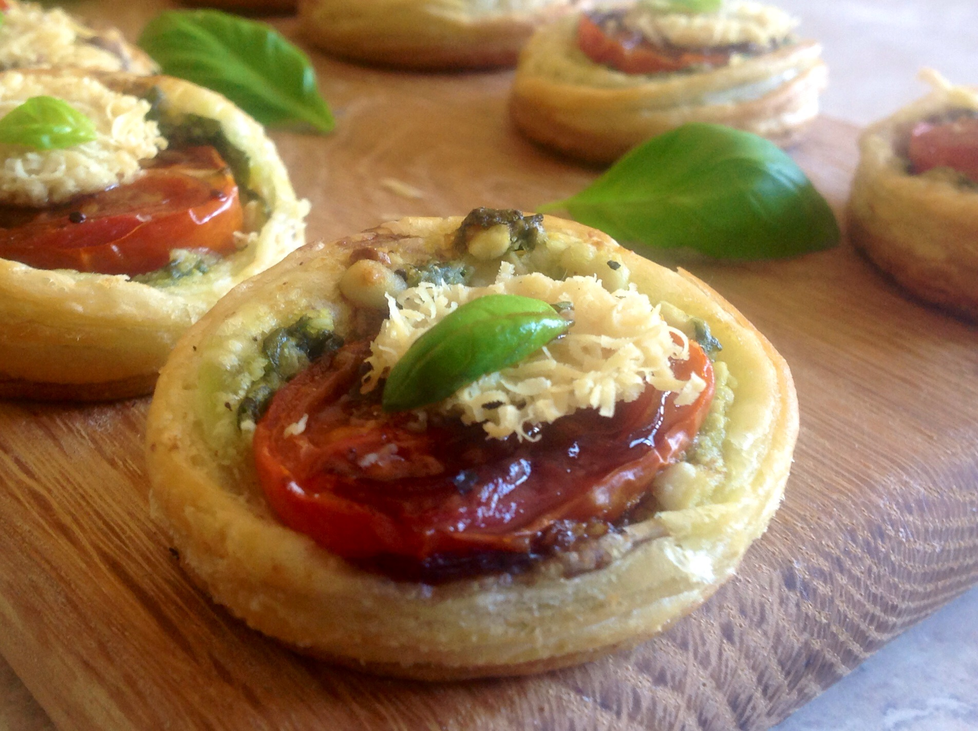 Tomato pesto canap s baking fanatic for Canape with ingredients