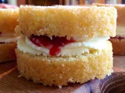 Vanilla cream with strawberry jam flavour
