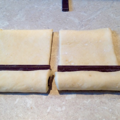 (4) Place more chocolate on the dough