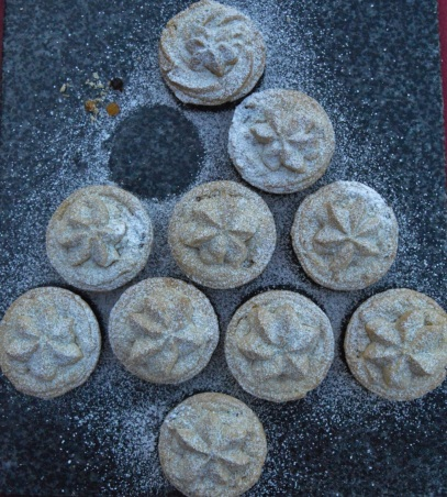 Mince pies with pistachio Viennese biscuit topping