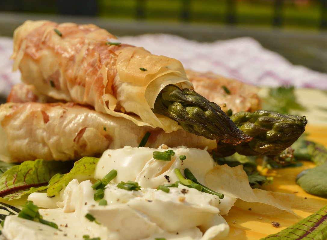 Asparagus wrapped in phyllodough