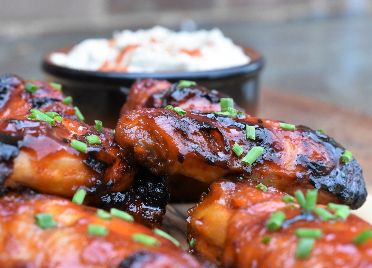 The best sticky BBQ wings with blue cheesedip
